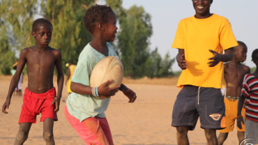 enfant jouant au rugby