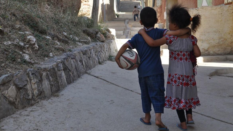 enfants complices avec balons de rugby